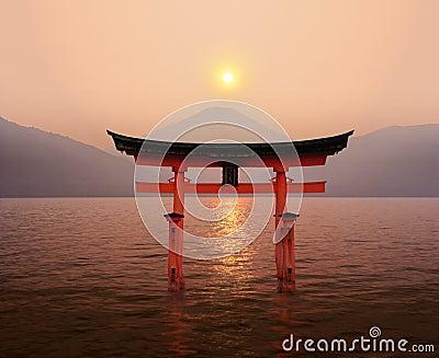 De zonsondergang van de Torussen van Fuji