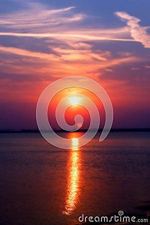 De zonsondergang van het meer