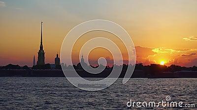 De zonsondergangmening van de stadsrivier Boten het drijven St. Petersburg Rusland stock videobeelden