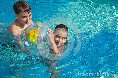 De zuster die van de broer pret het spelen in pool heeft