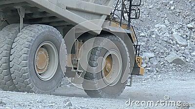 De zware vrachtwagens die van de mijnbouwstortplaats zich langs bovengronds bewegen