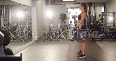 Deadlifts duros del entrenamiento de la trabajadora con los pesos pesados en gimnasio de la aptitud metrajes