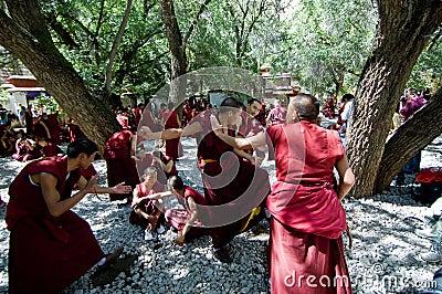 Debattera monks Redaktionell Arkivbild