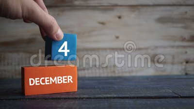 6 december Dag 4 van maand, kalender op een kleurenkubussen hand zet de dag van de maand op de naam van de maand op stock videobeelden