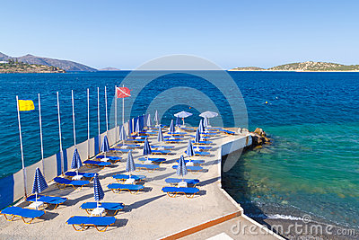 下蓝色deckchairs遮阳伞