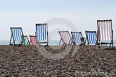 Deckchairs auf Schindelstrand. Großbritannien