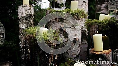 Decoração bonita do casamento com velas, logs do vidoeiro vídeos de arquivo