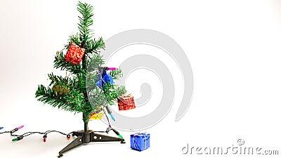 decoração de festival de natal feliz Decorar árvore de natal com caixa de presentes e luz piscando com espaço de cópia filme