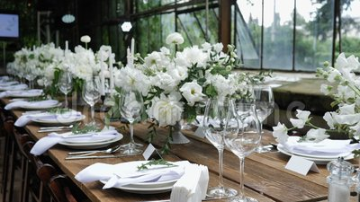 Decoração de uma mesa festiva Decoração da Mesa de Casamento com Bouquets de Flores Naturais Frescas para uma Festa Familiar vídeos de arquivo