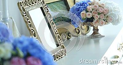 Decoração home com quadros e flores da foto video estoque