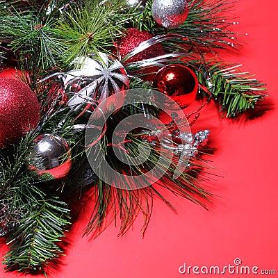 Decoraci n de la navidad bolas rojas y de plata en el for Arbol de navidad con bolas rojas