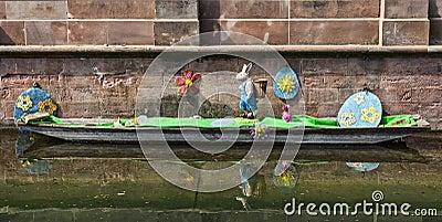 Decoración de Pascua en un canal en Colmar Foto editorial