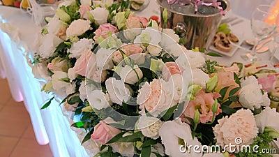 Decoratie van de trouwtafel met verse bloemen stock video