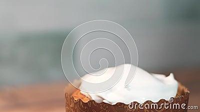 Decoratie van het glazuur van de witte roost van de roost van de roost, dicht in de keuken, thuis De feestdag van Pasen vieren stock footage