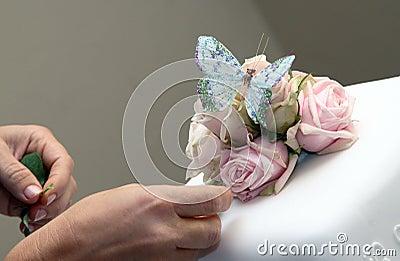 Decorating wedding cake