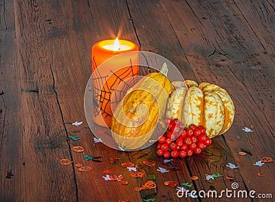 Decorazioni di halloween accese candela e zucche su una - Decorazioni tavola halloween ...