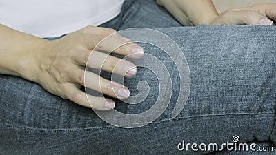 Dedos de batida da mulher nervosa em seu conceito do pé, da impaciência e da antecipação vídeos de arquivo