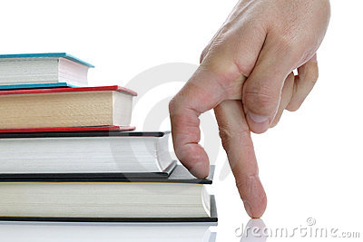 Dedos que escalam a escadaria do livro do livro encadernado