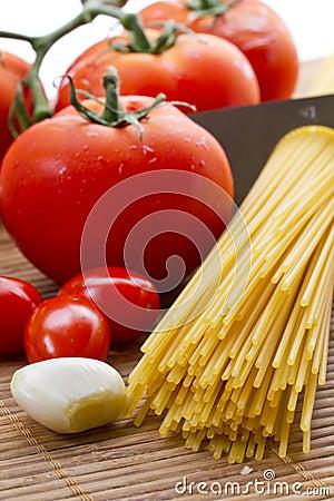Deegwaren, tomaat en knoflook