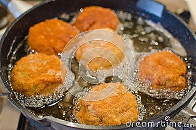 Deep frying Scotch Eggs (or meatballs)