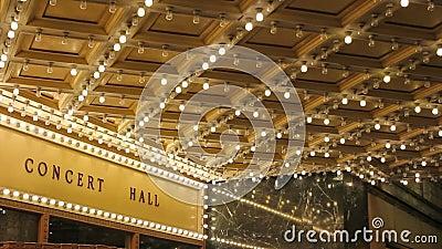 Definição alta de luzes de teto da sala de concertos piscar em broadway ao longo de uma rua 1080p do entretenimento filme