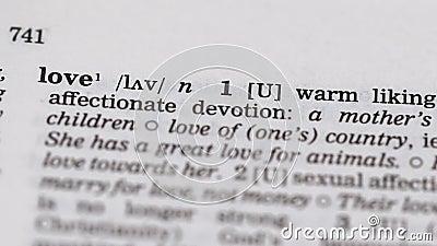 Definicja miłości wskazana przez ołówek w słowniku, zaangażowanie w szczęście partnera zdjęcie wideo