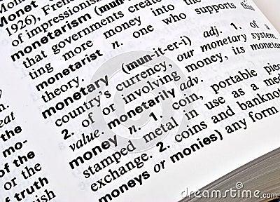 Close up van de betekenis van het woordgeld in een woordenboek
