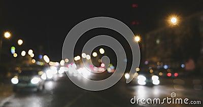 Defocused светофоры ночи Автомобили Bluured освещают разделять в 2 потоках, лоток выведенный отснятый видеоматериал сток-видео