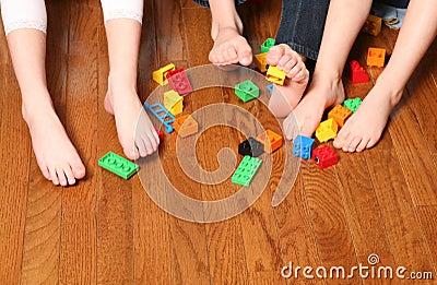 Dei bambini dei piedi della raccolta blocchetti in su