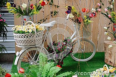 dekorative k rbe mit blumen auf einem wei en fahrrad stockfoto bild 52387112. Black Bedroom Furniture Sets. Home Design Ideas