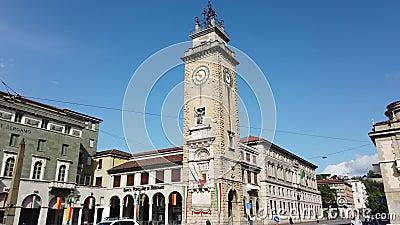 Dekoratives Fenster einer historischen Wohnung Der Erinnerungsturm oder das Torre-dei Caduti auf italienisch gelegen im Stadtzent stock video footage