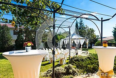 Dekorerade stolar på ett utomhus- bröllop