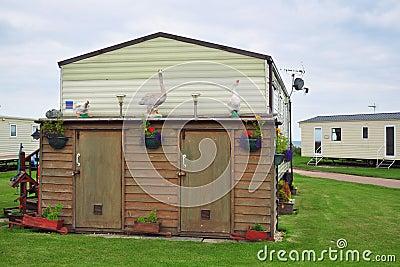 Dekorerat skjul i husvagnläger eller släppark