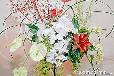 Dekoruje kwiaty