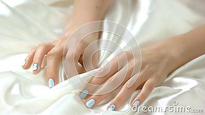 Delikatny manicure i biała jedwabnicza tkanina zbiory