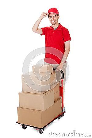 Deliverymanen med en trolley av boxas
