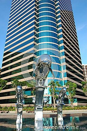 Delphinstatue und Geschäftsgebäude