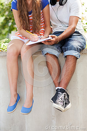 Deltagare som sitter med boken