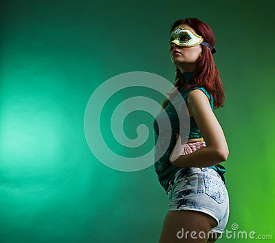 Deltagarekvinna med maskeringen