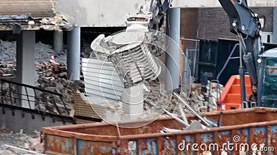 Demolición de un edificio en la ciudad de Tilburg, Países Bajos, 10 de diciembre de 2019 almacen de video