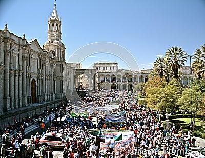 Demonstration på Plaza de Armas, Arequipa Redaktionell Foto