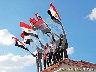 Demostrators egípcios que acenam bandeiras Imagem Editorial