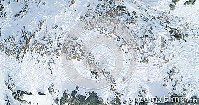 Den över huvudet flyg- bästa sikten över det snöig berget för vintern vaggar Steniga berg som täckas i snö- och isglaciär Wild vi arkivfilmer