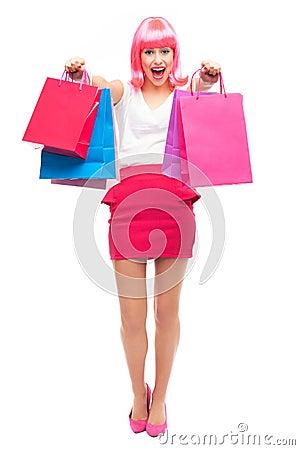 Den attraktiva kvinnan med shopping hänger lös