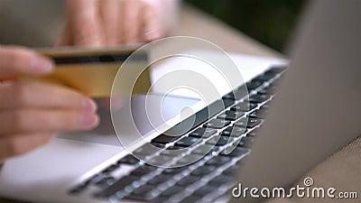 Den attraktiva unga kvinnan som gör online-köp, använder den guld- kreditkorten stock video
