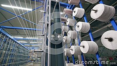 Den automatiserade maskinen k?ar tr?den p? stora clews p? en fabrik stock video