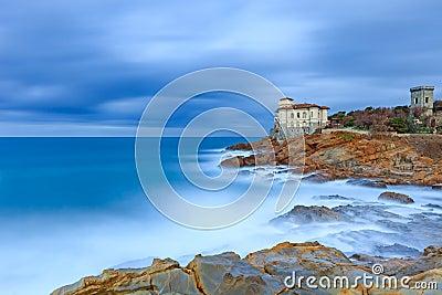 Den Boccale slottlandmarken på klippan vaggar och havet. Tuscany Italien. Lång exponeringsfotografi.