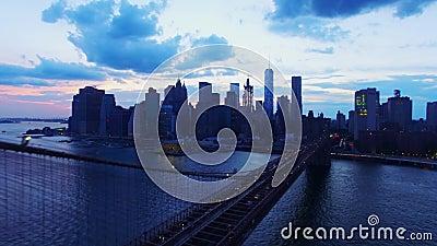 Den Brooklyn bron och horisont för den New York NYC skyskrapaaftonen i den flyg- fågeln 4k synar skottet, att förbluffa som är mo