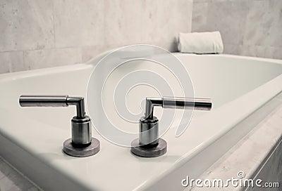 Den enkla badrummen badar