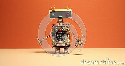 Den festliga robotfaktotumet går och skaka hans armar Leksakcyborg med skruvmejsel för ljus kula Orange vägggulinggolv arkivfilmer